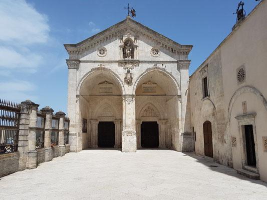 Portikus mit zwei gotischen Bögen, der rechte von 1395, der Rest 1865 rekonstruiert, über dem Eingang die Statue des Heiligen Michael
