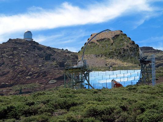 Eines der beiden MAGIC-Teleskope (Aktive Spiegeloberfläche 239 m2, bestehend aus 50 cm × 50 cm großen Aluminiumspiegeln)