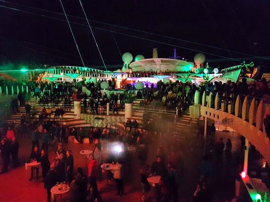 Lasershow und Show: Disco Connection, Poolparty mit DJ Daniel, ca. 21:30 Uhr auf dem Pooldeck