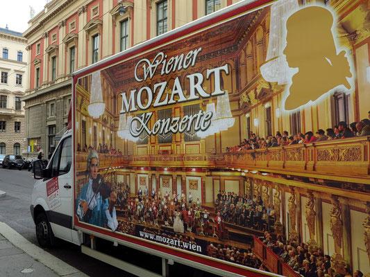 Werbung für Wiener Mozart-Konzerte. Die Karten für Konzerte im Musikvereinssaal sollten im autorisierten Ticket-Office, Musikvereinsplatz 1 gekauft werden.