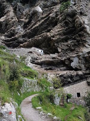 Wohnungen unter den Felsen