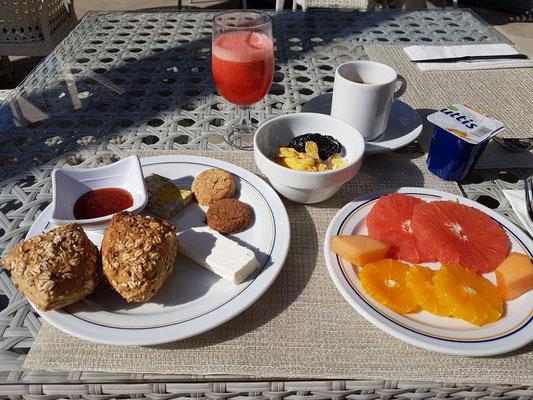 Frühstück auf der Terrasse im Hotel Iberostar Bellevue