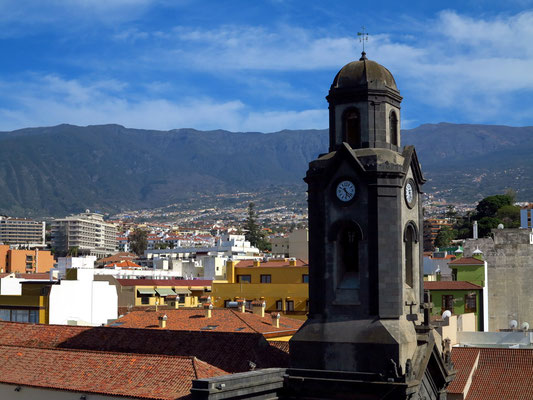 Blick vom Dach des Hotels Marquesa nach SO zur Stadt Puerto de la Cruz (Kirchturm der Iglesia de Nuestra Señora de la Peña de Francia)