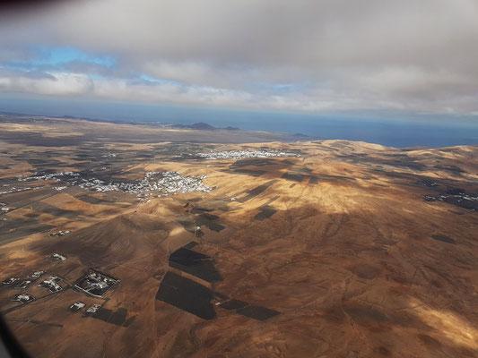 Blick beim Start nach links auf Lanzarote (mit Nazaret und Teguise)