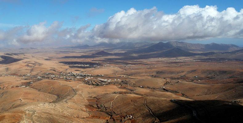 Blick vom Mirador Morro Velosa nach N mit der Ortschaft Valle de Santa Inés, Badlands und Landwirtschaft
