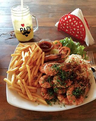 Lunch im Restaurant Papa Mango: Scampi mit Pommes frites und Salat