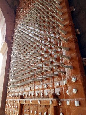 Torflügel des Junagarh Forts mit Eisenstacheln zur Abwehr von Kriegselefanten