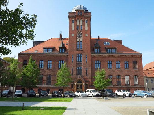 Universität Greifswald. Physikalisches Institut, 1889-91 erbaut. In der Sternarte befindet sich das weltweit einmalige Carl-Zeiss-Doppelteleskop.