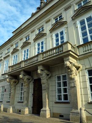 Tyszkiewicz-Palast. Die balkontragenden Atlanten an der Krakowskie Przedmieście