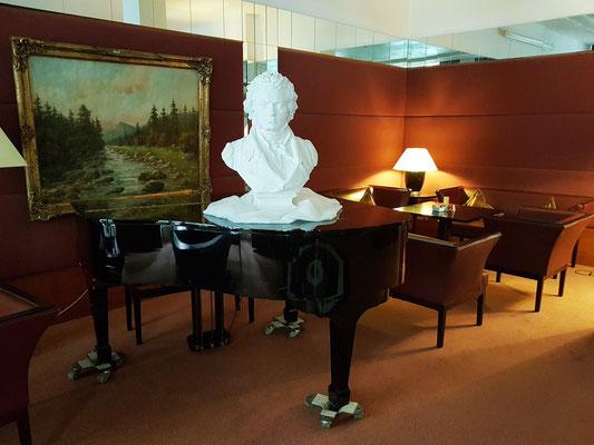 Im Musikzimmer mit Beethoven-Büste