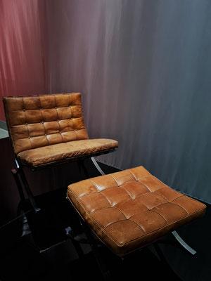 Ludwig Mies van der Rohe (1886-1969): Barcelona-Sessel und Barcelona-Hocker, Flachstahl, verchromt, Leder. Entwurf 1929, Ausführung um 1930