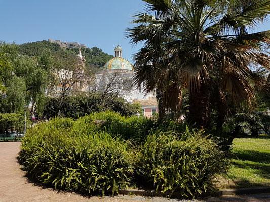 Parkanlage Villa Comunale di Salerno, im Hintergrund die Chiesa della Santissima Annunziata