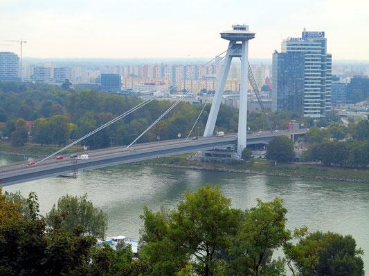 Blick vom Burgberg auf die Brücke Most SNP mit UFO watch.taste.groove (Restaurant)
