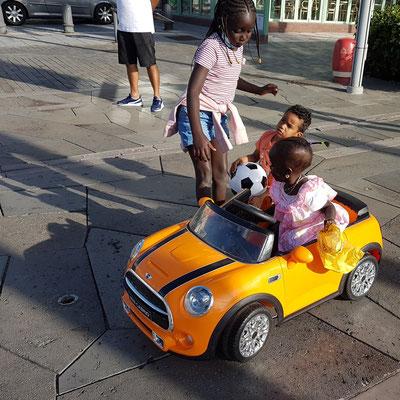 Die Minis in ihrem Mini Cooper