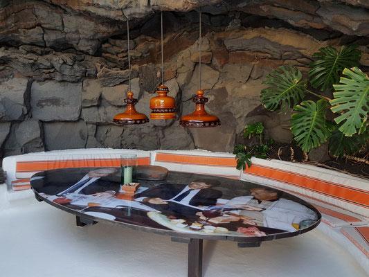 Im hinteren Bereich des Schwimmbeckens: Sitzgruppe mit Tisch