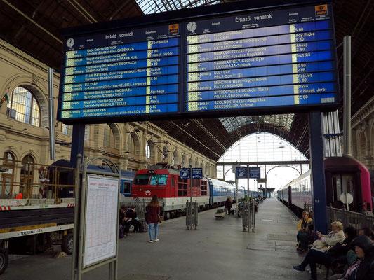 Fahrplan in der Bahnhofshalle, Lokomotive der Firma Skoda