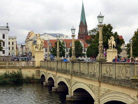 Blick auf die Brücke der Lennéstraße und die Altstadt mit Dom