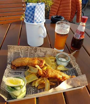 Abendessen auf der Terrasse des Fritz Braugasthauses Fish und Chips (Kabeljau im Bierteig gebacken, Gurkensalat, Kapern-Zitronen-Mayo), dazu ein Ratsherrn Pilsener aus Hamburg