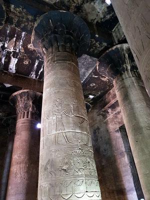 Decke des Pronaos.  Im stark geschwärzten Innenraum sind die Opfer- und Kulthandlungen darstellenden Decken- und Wandreliefs nur schwer zu erkennen.