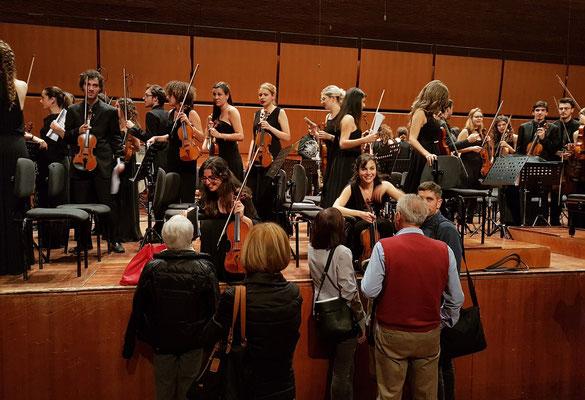 Die jungen Orchestermusiker nach dem Konzert