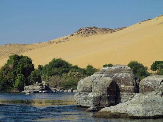 Stromschnellen des Nil-Seitenarms und Elefanten-Felsen