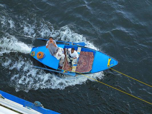 Händler machen ihr Boot an der Solaris II fest und beginnen mit Handel ihrer Tuche.