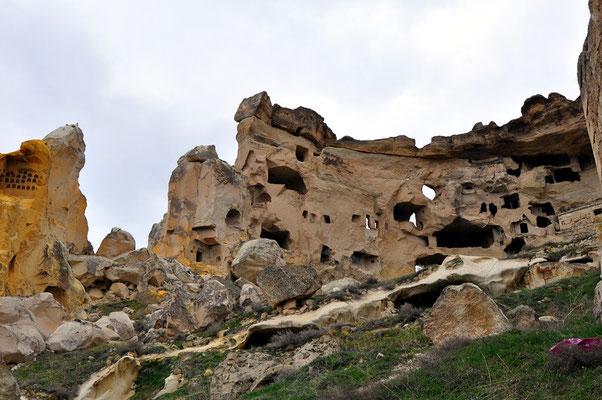 Auf dem Burgberg von Çavuşin., links Taubenschläge im Tuffgestein