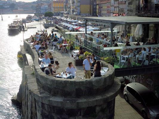 Blick von der Ponte Luís I auf den Cais da Ribeira