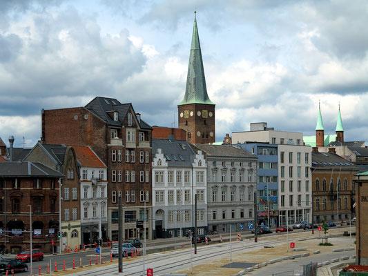 Blick vom Dokk 1 auf die Havnegade, im Hintergrund die Domkirche