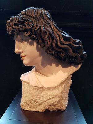 Richard König (1863-1937): Büste einer Muse, 1901, Marmor, bemalt, Haare aus geschmiedetem Eisen
