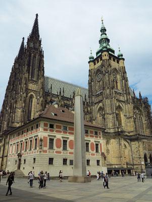 Der Veitsdom auf der Prager Burg ist die Kathedrale des Erzbistums Prag und das größte Kirchengebäude Tschechiens.