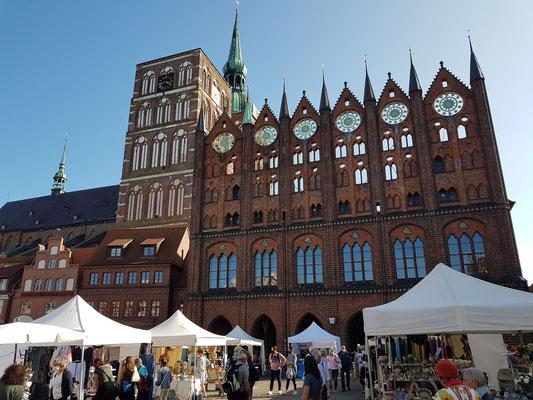 Rathaus (13. Jahrhundert) und Türme der Nikolaikirche (1276 erstmals urkundlich erwähnt), Blick vom Alter Markt