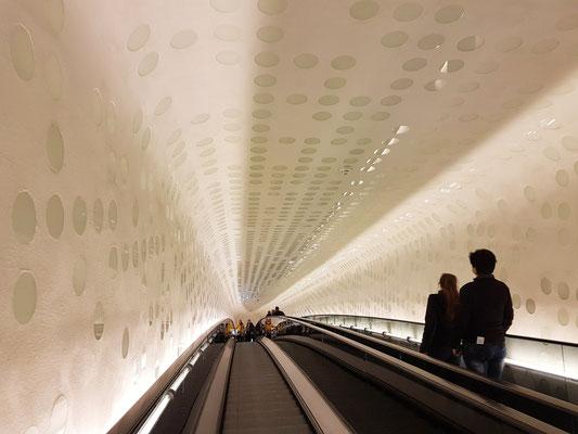 Ausgang über die 82 Meter lange Rolltreppe