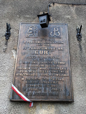 Gedenktafel an der Aleja Jana Pawla II, Nr. 9, zur Erinnerung an den Warschauer Aufstand von 1944 mit heftigen Kämpfen um den Hauptbahnhof und nahe liegende Objekte