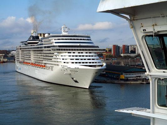 Kreuzfahrtschiff im Hafen von Stockholm