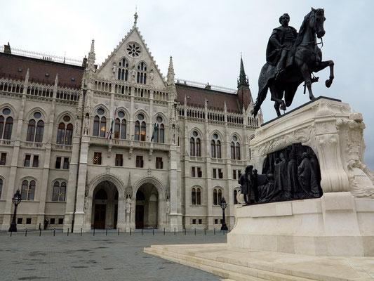 Parlament, Sitz des ungarischen Parlaments in Budapest, Blick von der Straße am Donauufer