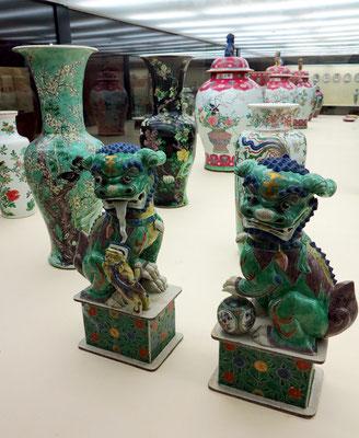 "Museu Calouste Gulbenkian; Löwenpaar oder ""Fo Dogs"", China 1700-1720, dahinter Vasen aus China, 17. und 18. Jh."