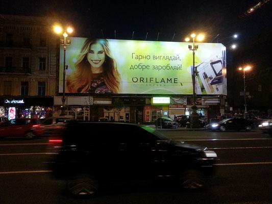 Leuchtreklame der schwedischen Kosmetikfirma Oriflame am Chreschtschatyk, Slogan: Sieh gut aus, verdiene gut!