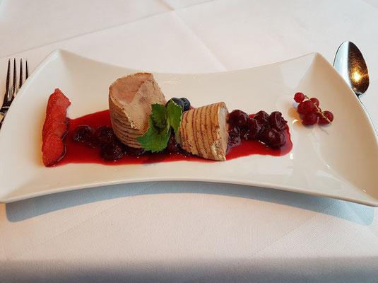 Schokoladen-Chili-Parfait im Baumkuchenmantel mit Amaretto-Kirsche