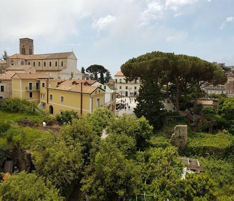 Ravello. B&B Palazzo Della Marra, Blick von der Dachterrasse zum Duomo di Ravello und zur Piazza Centrale