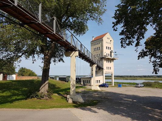 Groß Neuendorf. Ehemaliger Verladeturm (heute mit Café und Ferienwohnung in den oberen vier Etagen)