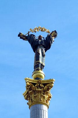 Auf der Spitze der 42 m hohen Säule hält die Gestalt der Beschützerin in ukrainischer Tracht einen Schneeballzweig.