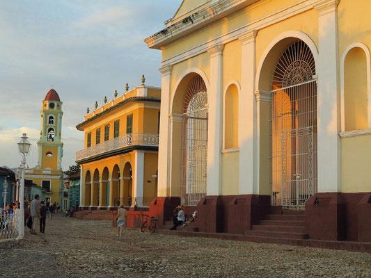 Calle Cristo mit Iglesia de la Santísima Trinidad und Convento San Francísco de Asís