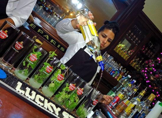 ... dann ein ordentlicher Strahl Havana Club Anejo 3 Anos Rum 40% dazu, mit Eiswürfeln und Sodawasser auffüllen, fertig