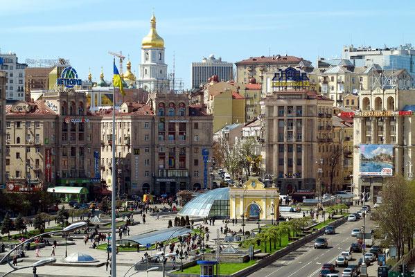 Nördlicher Majdan. Die halbovale Nordseite wird umrahmt von sieben Gebäuden im Stalin-Stil des sowjetischen Realismus (auch sozialistischer Klassizismus genannt).