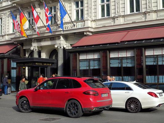 Vor dem Hotel Sacher