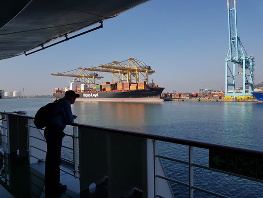 Blick von der AIDAmar zum Containerterminal Puerto de Barcelona