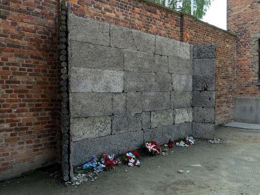 """Gedenkstelle """"Todeswand"""" im Hof zwischen Block 10 und Block 11"""