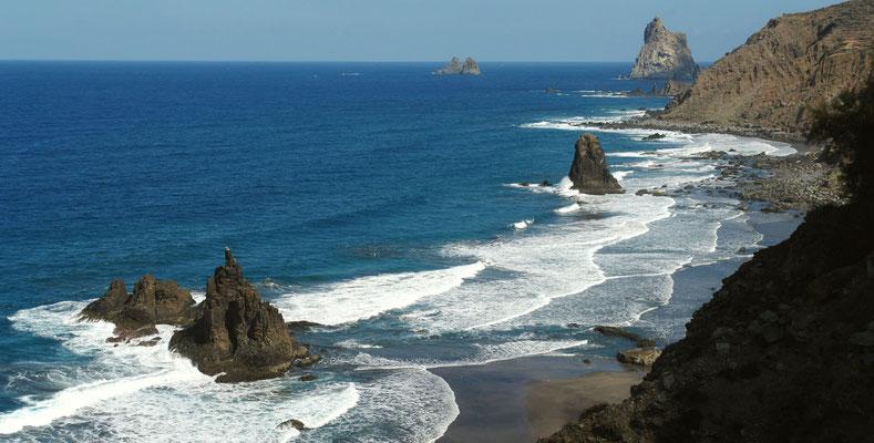 Anaga-Gebirge. Blick nach O auf die Steilküste mit den Roques de Anaga