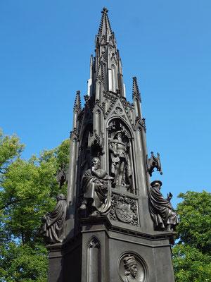 12,10 Meter hohes Rubenowdenkmal. der neugotische Zinkguss wurde 1856 von Friedrich August Stüler anlässlich des 400. Jubiläums der Universität geschaffen. Die sitzenden Plastiken stellen Vertreter der vier Gründungsfakultäten dar.
